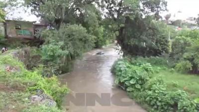 Cae camioneta familiar al río Mololoa en la colonia el Faisán