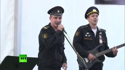 Юлия Чичерина и военный ансамбль дали праздничный концерт на авиабазе Хмеймим