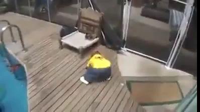 Вот, что происходит, когда ребенок без присмотра падает в бассейн !