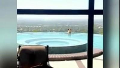 Медведь искупался в бассейне