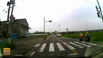 Японские дети переходят через дорогу (1.8 мб)