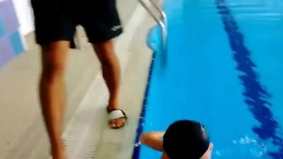Как правильно надеть шапочку для плавания