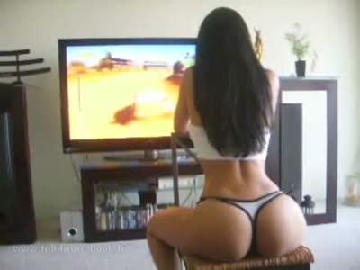 Симпатичная девушка играет в гоночный симулятор