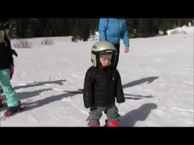 Мальчик заснул на лыжах