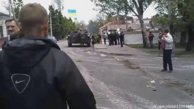 Мариуполь, бандеровцы стреляют по машине скорой