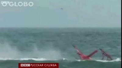 Вертолет упал в море возле пляжа .