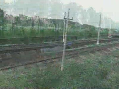 дЕвушка под поездом