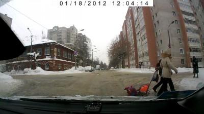 Ребенок выпал из санок на дорогу