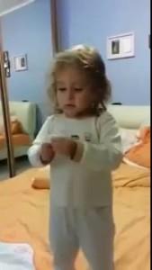 Дочь с мамой учит не детскую песню