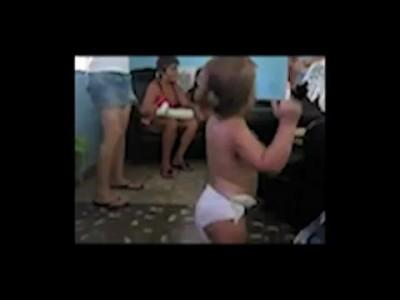 Двух-трёх летняя Кубиночка оттанцовывает по взрослому