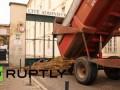 Французские фермеры завалили мэрию города Шартр навозом