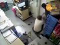 Жестокое ограбление магазина с ножом