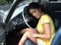Девушка показывает свои умения за рулем