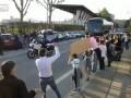 """Автобус перевозившую """"Пари Сен-Жермен""""  футбольную команду не поместился в воротах ..."""