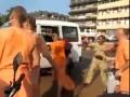 Жесткая драка кришнаитов с индусами