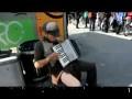 Уличный талант - аккордеон и чемодан
