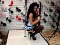 Продавщица в обувном