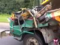 Едет на грузовике без кабины и половины прицепа
