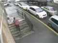 Контейнер упал на автомобиль во Владивостоке .