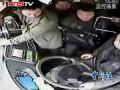 Пьяный китаец схватился за руль , проехав свою остановку .