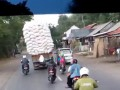 Перегруженный грузовик опрокинулся