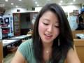 Корейская девушка ест живого осьминога