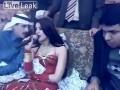 Арабская девушка не выглядит заинтересованна ...