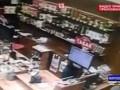 """Нападение на женщину в магазине """"Красное и белое"""" в Челябинске попало на видео"""