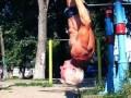 Дед-атлет отжигает на площадке