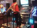 Японский танцор зажигает на танцевальном коврике в этой игре ему нет равных ...