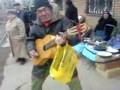 Дядя на рынке рубит под гитару