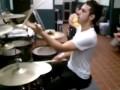 Играет тремя барабанными палочками
