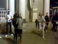 Мужик танцует на Невском проспекте