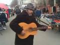 Бомжи в Мариуполе поют на центральном рынке