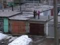 Дети молятся на крыше.