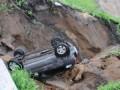В Ярославле после ливня машина провалилась вместе с грунтом