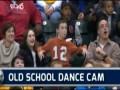 Пацан кривляет танцующих девушек