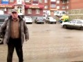 Пожилой неадекват уезжает с места ДТП