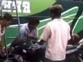 Индус загружает мотоцикл головой