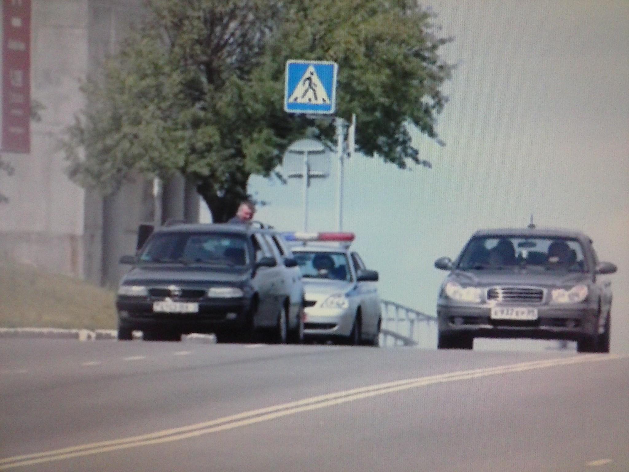 ГАИ и дорожный знак Пешеходный переход.